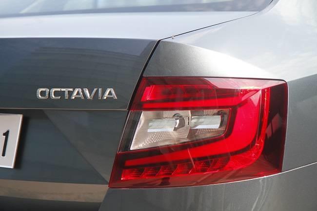 2017-skoda-octavia-tail-light_062817051357.jpg.8f549667f26a45fd127c4a9997b61077.jpg